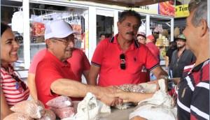 Zé Maranhão comenta pesquisa em visita a mercado público do Valentina e de Mangabeira