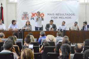 Luciano Cartaxo entrega títulos de regularização fundiária e gestão já beneficia mais de 5,4 mil pessoas com a posse de seus lares