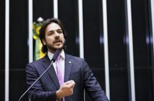 Pedro pede assinaturas para 'PEC dos Penduricalhos', que acaba com auxílios para quem recebe mais de R$ 10 mil