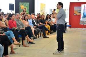 Prefeitura de João Pessoa homenageia professores durante palestra com Rossandro Klinjey e prefeito destaca avanços da Educação da Capital