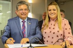 CONSENSO: Adriano Galdino revela que sua esposa assumirá comando do Avante na Paraíba até ele deixar o PSB; ouça