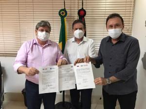 Governador e deputado Tião Gomes assinam autorizações para obras do Hotel Escola Bruxaxá e abastecimento de Mata Limpa em Areia
