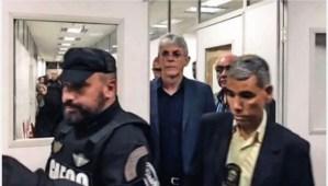 Enrolado com a justiça, VEJA destaca que Ricardo não pode fazer campanha à noite