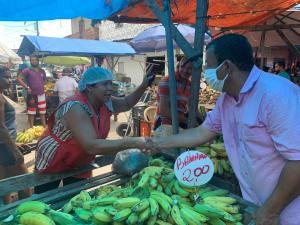 Nilvan caminha por mercados e feira livre em João Pessoa e reforça compromisso de reformar espaços
