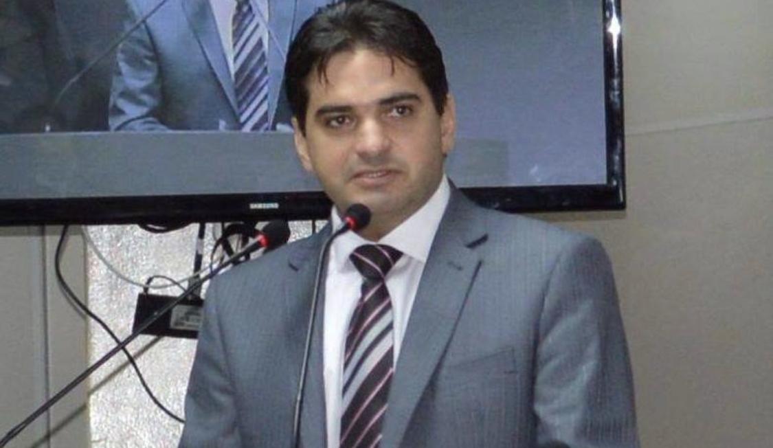 BASTIDORES: Adriano Galdino estuda lançar o irmão na disputa por uma vaga na Câmara Federal