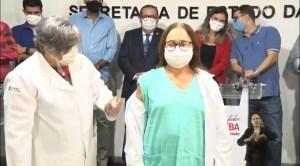 Enfermeira e índio recebem as primeiras doses da vacina na Paraíba