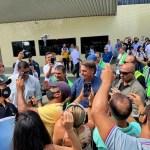"""Eu gosto do Nordeste e o Nordeste gosta de mim, casamento perfeito"", diz Bolsonaro ao desembarcar em CG"
