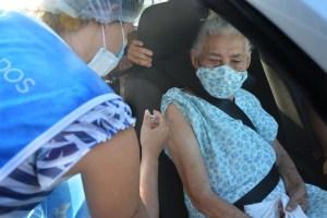 Prefeitura estende vacinação para idosos a partir de 90 anos no sistema drive thru em shoppings