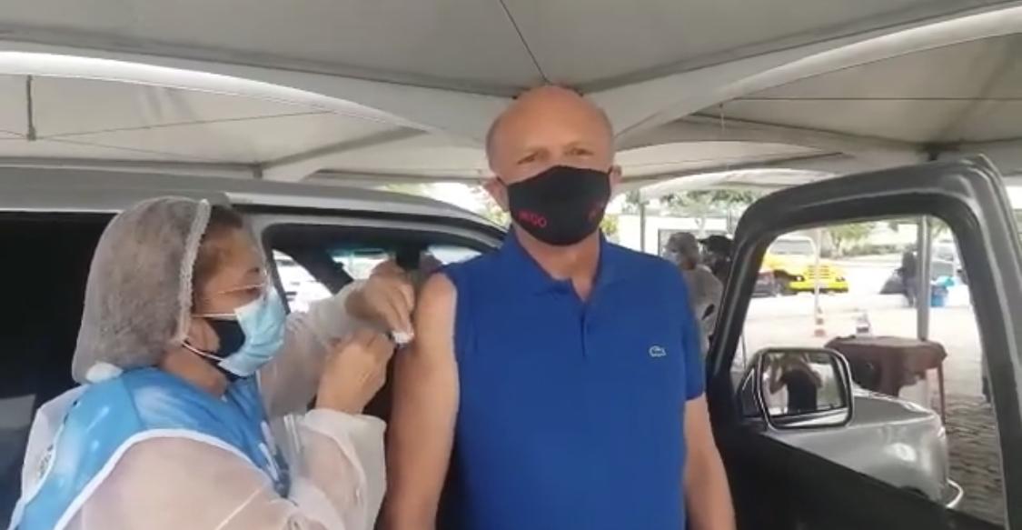 Em CG, Geraldo Medeiros toma primeira dose da vacina contra o coronavírus