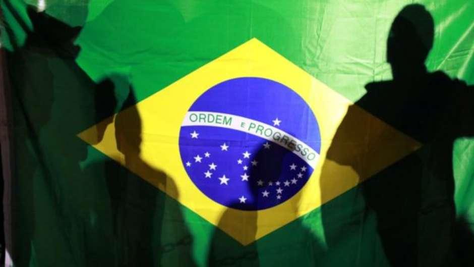 "bandeira Bolsonaro e o Voto ""Envergonhado"""