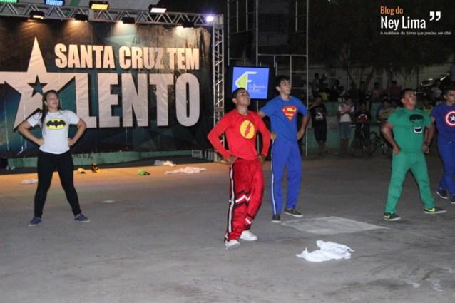 No mesmo palco, diversos artistas locais se apresentaram para um bom público