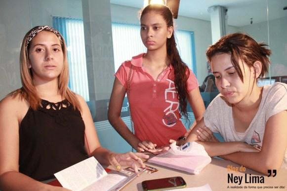 Estudantes Bruna, Rayrane e Beatriz falam sobre possibilidade de ficarem, junto com os demais colegas, de fora do festival a ser realizado na Itália - Foto: Thonny Hill