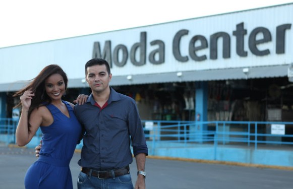 Carol Nakamura e Allan Carneiro, síndico do Moda Center Santa Cruz.
