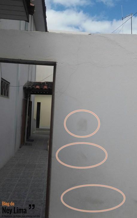 Em círculos, as marcas dos pés do invasor na parede.
