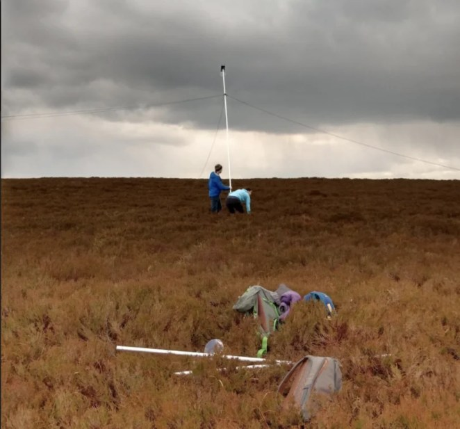 Since the tracker works best when it's looking down and is away from clutter, the scientists have experimented with ways of getting the system in the air, trying a hexacopter UAV, a 10 metre mast, and a tethered balloon