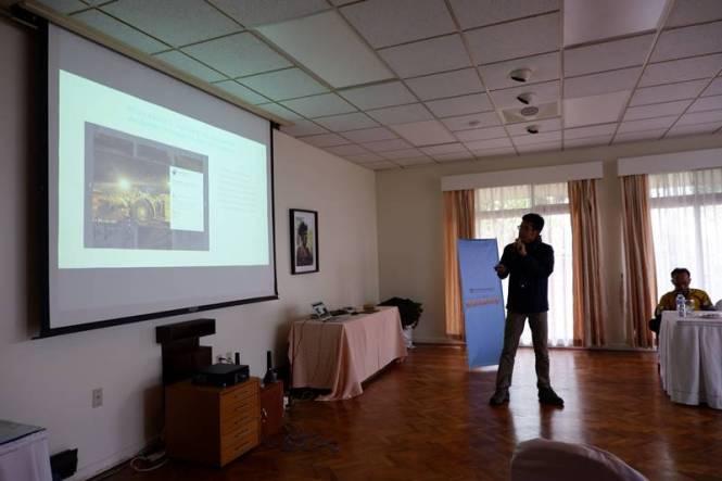 Selain dari iklan, jadi pembicara adalah salah satu sumber penghasilan blogger. Ini saya sedang mengisi workshop basic vlogging dan media sosial di Tembagapura, camp pekerja freeport Indonesia. Cara dapat uang dari blog itu bermacam-macam caranya.