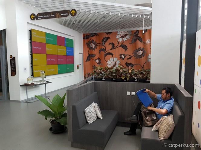 Ruangan lobi kantor Google di Indonesia ini cozy banget