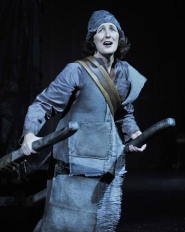 Fiona Shaw y Harry Melling actúan juntos en 'Mother Courage and Her Children'