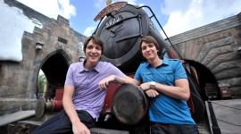 James y Oliver Phelps Visitan de Nuevo el Parque Temático de 'Harry Potter'