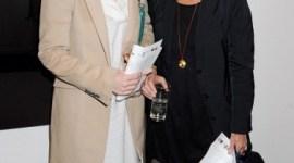 Bonnie Wright Asiste a Evento Artístico a Beneficio de 'Women For Women International'