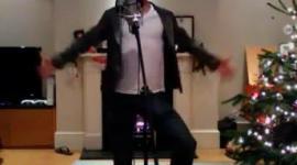 Bonnie Wright y Freddie Stroma Graban Video Navideño junto al Elenco de 'The Philosophers'