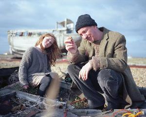 Nueva Imagen de David Thewlis en 'Separate We Come, Separate We Go' de Bonnie Wright
