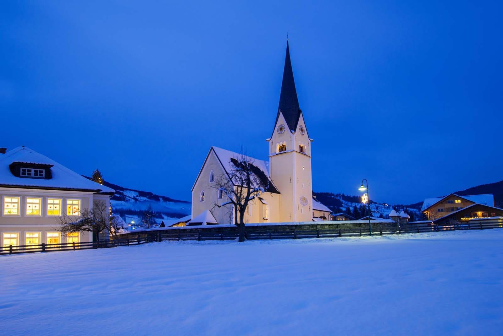 Die Schule sowie Kirche in Wagrain