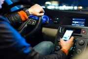 Utilizzate spesso lo smartphone alla guida? Il nuovo Codice della Strada vi castiga, in arrivo multe carissime