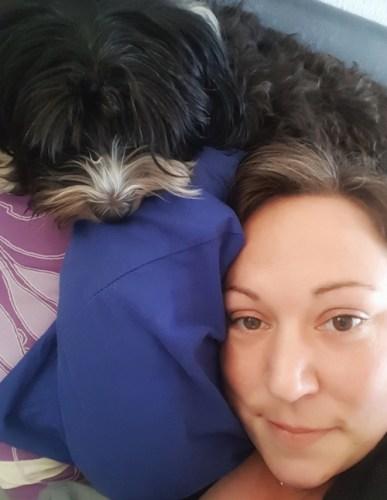 Buffy auf Kissen über mir im Bett