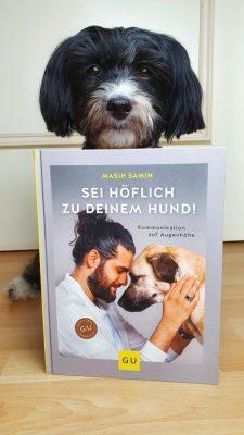 Buffy mit Buch von Masih Samin - Sei höflich zu deinem Hund 01