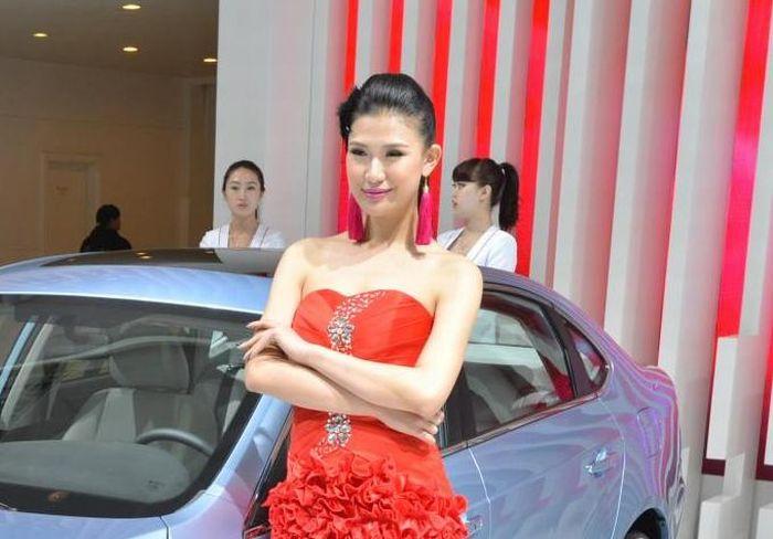 Hostess cinesi e auto a Shanghai 2013 un connubio che desta curiosità