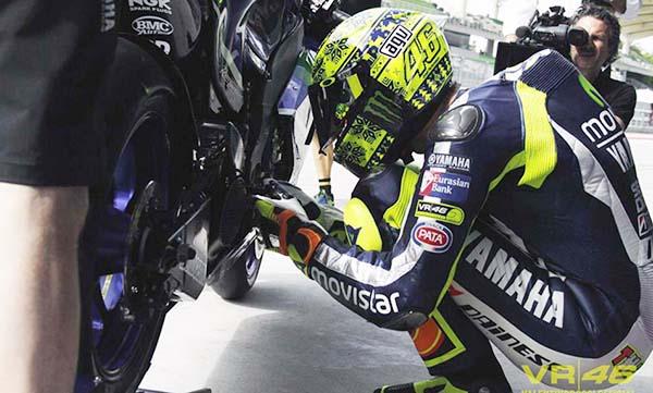 Valentino Rossi mencium footped Yamaha M1