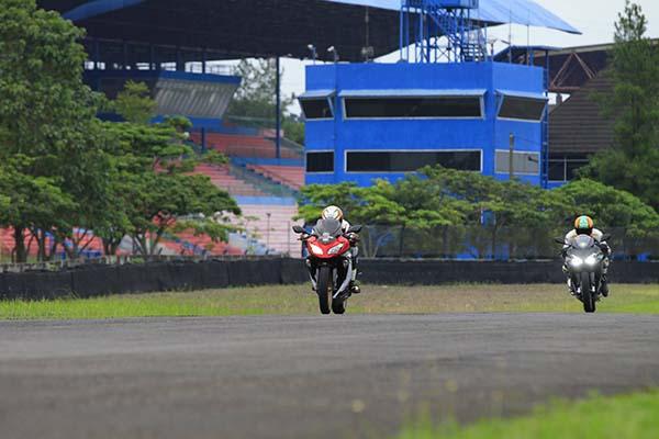Adu Honda CBR250RR vs Ninja 250 FI