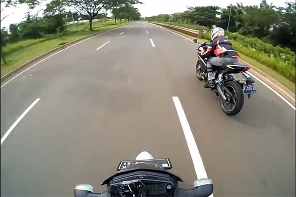Honda CBR250RR kalahkan Yamaha MT-25