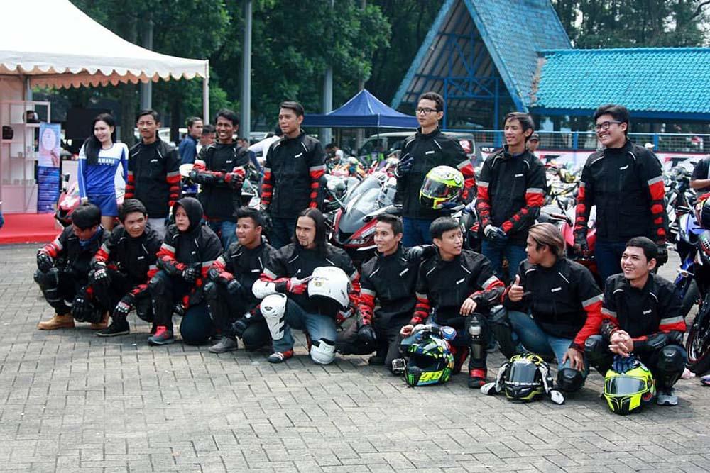Yuli Suryani Lady Bikers All New R15 dan teman-temanya