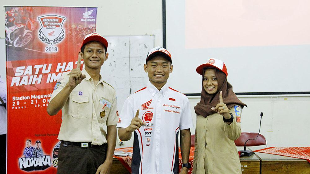 Pembalap AHRT, Rheza Danica Ahrenz foto bersama beberapa SMK Negeri 2 Jetis