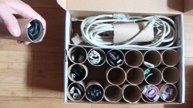 Organização de cabos com tubo de papel higiênico
