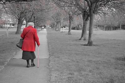 Anziana che cammina
