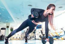vrouw aan het sporten