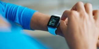 smartwatch om een pols