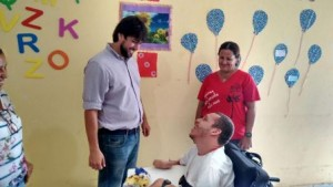 Vereador Pedro Lucas conversa com adolescente assistido pela instituição