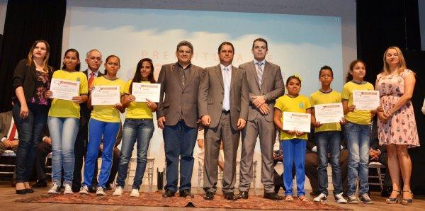 Prefeito Edivaldo Holanda Júnior e secretário de Educação, Geraldo Castro Sobrinho, com estudantes premiados