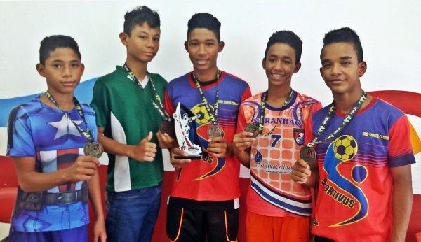 Estudantes da U.E.B. Santa Clara exibem medalhas conquistadas na Taça Campina Grande de Handebol