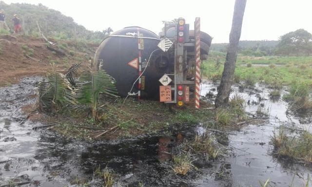 Mais da metade da carga de óleo derramou e causou dano ambiental