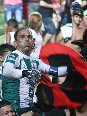 Goleiro Rodrigo Ramos é carregado pela torcida