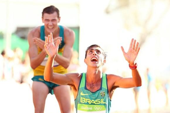 De joelhos, Caio Bonfim comemora o quarto lugar nos 20km da marcha atlética