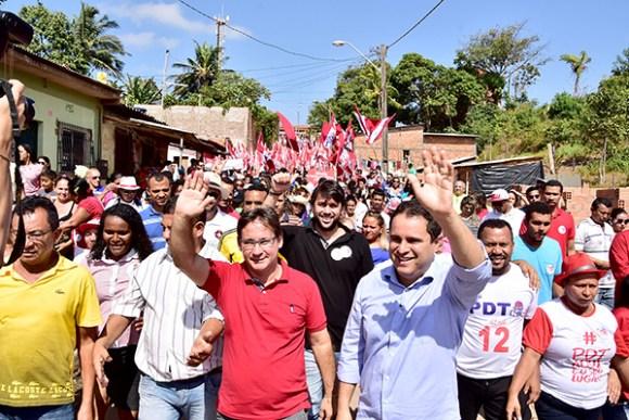 Durante a caminhada no bairro do Coroadinho, Edivaldo esteve acompanhado por vários deputados