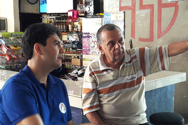 Candidato Eduardo Braide ouve moradores e comerciantes do Cohatrac