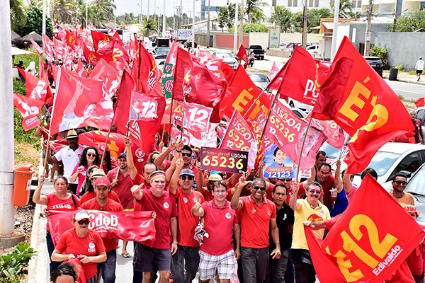 """""""Mar Vermelho"""" invade a Avenida Litorânea e toma conta da cidade"""