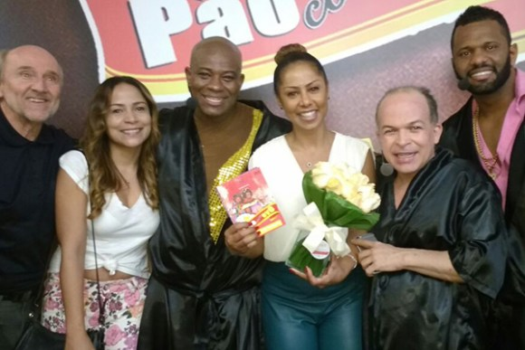 Hans Donner e Valéria Valença prestigiam espetáculo Pão com Ovo no Rio de Janeiro